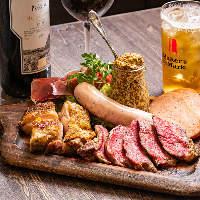 全5種の肉料理をワンプレートに!超肉盛りとドリンクで乾杯