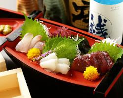 売り切れ御免!料理長が選んだ鮮魚のお刺身盛り合わせ。