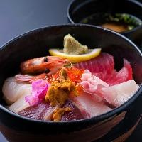 海鮮丼 … 980円(税抜) ※限定10食
