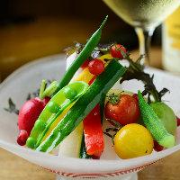 地元愛知県の旬の素材を盛り込み、彩り豊かに盛り付けた生野菜