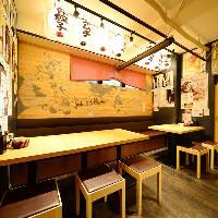 提灯の飾られた昭和を感じる店内。どこか懐かしく落ち着く雰囲気