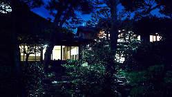 夜の庭園はライトアップされ格別の風情です。