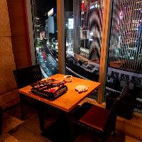 煌めく夜景も楽しめる2名様用のテーブル席はデートにぴったり
