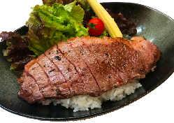 ランチ限定はらみ熟成赤身ステーキ200g1130円スープサラダ付