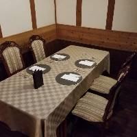 【母屋二階・床の間】中庭を見ながら、食事をお愉しみ下さい。