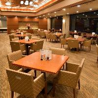60卓以上のテーブル席は広々空間。優雅なひと時をどうぞ