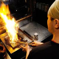 豪快にバラ焼で焼上げる鶏は溢れ出す肉汁と香りが絶品!