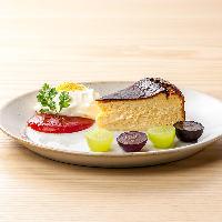 バスク風とクレームダンジュ、2つのチーズケーキの盛り合わせ