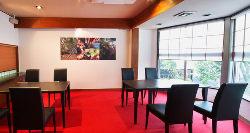 店内は赤い絨毯が敷かれた落ち着いた空間です。