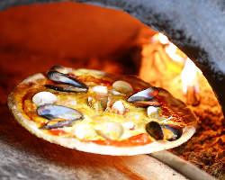 モッチリとした食感がやみつきに!400度で焼き上げる薪窯ピザ