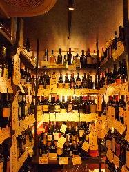 常時200種が揃うワインから、とっておきの1本をお選びください
