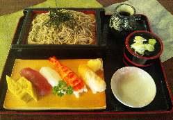 当店自慢の寿司・蕎麦のセット。ランチは1000円。