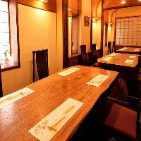 白木の一枚板が眩しいカウンター席や檜(ひのき)卓のテーブル席