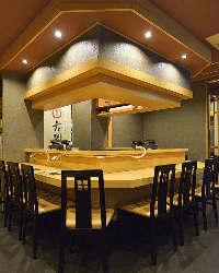 コの字型に厨房を囲むカウンター席は最大11名様迄ご利用可能です