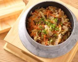 鰹一番出汁で炊き上げた米愛豚の旨味がつまった五目釜めし