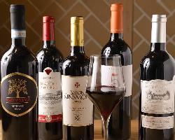 豚料理×ワインのマリアージュ。契約ワイナリーのワインもご用意