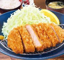 熟成ロースカツ定食 (990円+税)