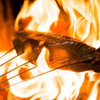 豪快な炎を上げて一気に焼き上げる『鰹のわら焼き』