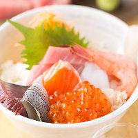 その日おすすめの新鮮なネタでご提供する『海鮮丼』