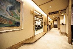 二階廊下では絵画や飾り石がご覧いただけます。