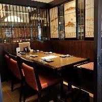 手前のテーブル席は気軽に楽しめる雰囲気。宴会やお食事に◎