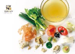 スープカレーに、濃厚な野菜だし「ベジブロス」を使用。