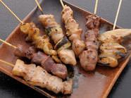 「やきとり盛合せ」500円(税抜)は国産鶏を使用。秘伝のタレ!
