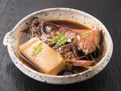 """駿河近海の新鮮な金目鯛をふっくら煮上げた""""金目鯛の煮付け""""。"""