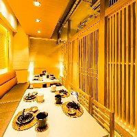 ダウンライトがほのかな光を灯す、洗練された雰囲気の完全個室