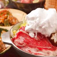 飛騨牛で頂くすき焼き鍋。上に乗った綿菓子が絶品の割り下に!