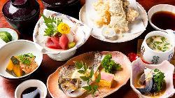お刺身や天ぷら、煮物など品数豊富な定食が目白押し!