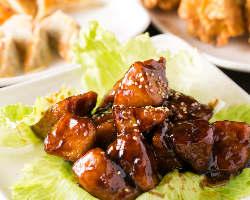 酢豚とは少し違う『黒酢豚』。黒酢のコクが豚の脂の甘味とマッチ