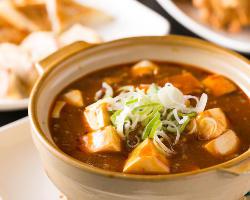 定番メニューの『麻婆豆腐』は土鍋でアツアツのままご提供します