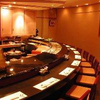 和の趣あふれる店内には、大小宴会場を完備しております。