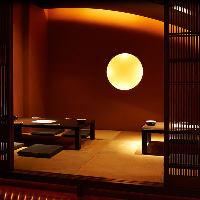 重厚な梁や木の質感が旅情豊かな個室席を大小多数完備。