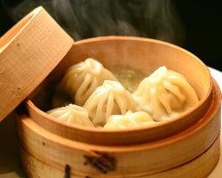 熱々の肉汁スープがお口の中でジュワ~と広がる絶品の小籠包!