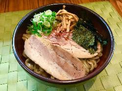 3種類の麺とタレが良く絡み合う まぜそば 780円(税込)~
