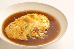 【天津飯】ふっくら卵で包んだご飯に濃厚なあんを絡めてどうぞ。