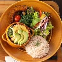 野菜たっぷりご飯も選べるプレートランチ。