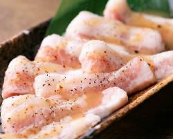 タレ・塩・ガーリックの3つの味が楽しめるトントロもオススメ!