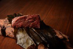 【熟成】 エイジングや昆布締めも、肉を見極めて取り入れている