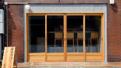 大きなガラスドアで光と新鮮な空気が店内に