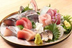 毎日仕入れる鮮魚は『刺身盛合せ』で食すのがおすすめ!