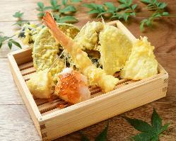 目の前で揚げたてサクサクのヘルシー天ぷらをお召し上がり下さい