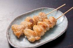 【炭火串焼き】 ジューシーに焼き上げた鶏の旨さを堪能!