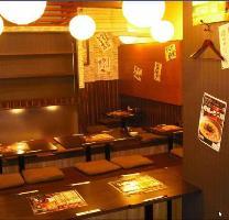 ほっと落ち着く和風造りの店内で、当店自慢の鶏料理に舌鼓