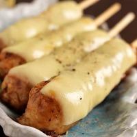 甘辛いタレを絡めて焼いたつくねにとろーりチーズをのせた逸品