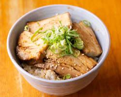 「炙りチャーシュー丼」などのご飯ものも種類豊富。〆にどうぞ♪