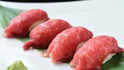 黒毛和牛の肉ずしや、天ぷらの盛り合わせが楽しめるコースも◎