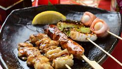 串焼きや炙り焼きなど香ばしく焼き上げる自慢の串焼きは必食!